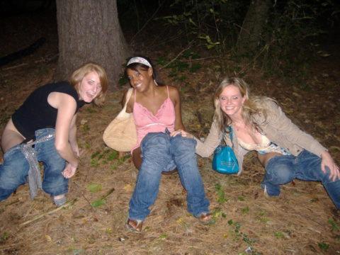 img 6113a716973c1 - 野生動物みたいに公衆の面前で立ちションする外国人女性たち